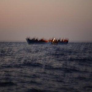 """Migranti, la Spagna accusa: """"Italia e Malta negano l'approdo a un nostro peschereccio con 12 migranti"""""""