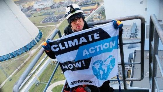 Polonia, attivisti Greenpeace scalano la più grande centrale a carbone d'Europa