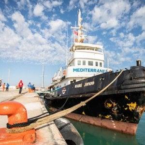"""Migranti, il comandante del peschereccio che ha soccorso 12 naufraghi: """"Rischiamo di morire tutti"""""""