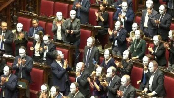 """Il decreto Sicurezza è legge. Pd: """"Crea invisibili"""". E i deputati dem indossano maschere bianche"""