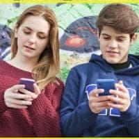 """Scuola, giovani iperconnessi: """"Una vita nei social, ma la tv resiste"""""""