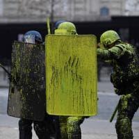 Parigi, ''gilets jaunes'' in piazza: manifestanti lanciano vernice gialla contro i poliziotti
