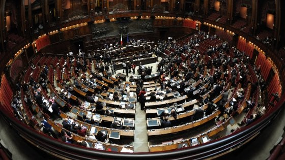 Manovra, primi emendamenti del governo: c'è l'aumento delle accise sulla benzina in Liguria