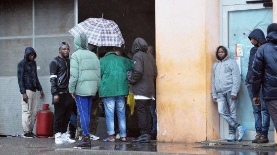 """Manovra, salta il vincolo sui fondi per curare i migranti. Zingaretti: """"Grave arretramento"""""""