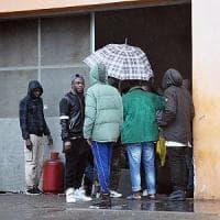 Manovra, salta il vincolo sui fondi per curare i migranti. Zingaretti: