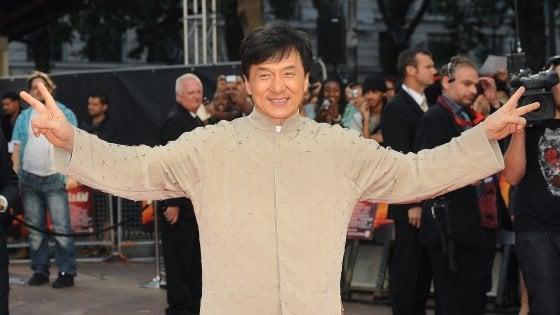 """Jackie Chan, l'autobiografia svela (quasi) tutto tra droghe, tradimenti e violenze: """"Ero uno str...o"""""""
