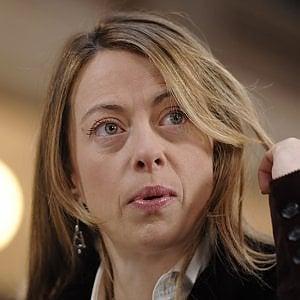 """Oliviero Toscani insulta Giorgia Meloni: """"Ritardata, brutta e volgare"""". Lei replica: """"Miserabile"""""""