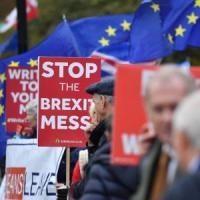 Brexit, il parere legale imbarazza May.