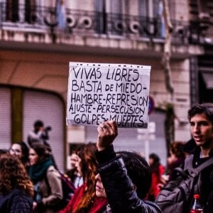NiUnaMenos, l'Argentina in piazza contro l'assoluzione degli aguzzini di Lucía Pérez