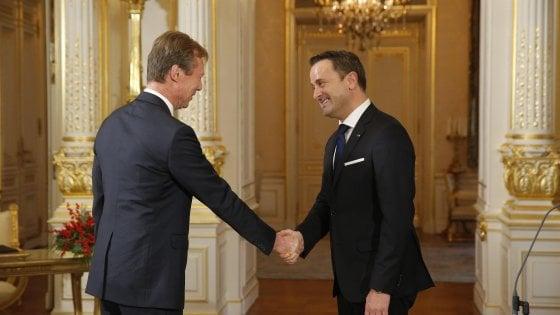 Henri di Lussemburgo (sinistra) stringe la mano a Xavier Bettel