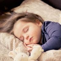 Bambini: per un buon sonno, meglio una fiaba che la tv
