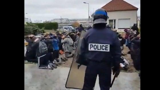 Francia studenti ammanettati e costretti a restare in ginocchio dalla polizia il ministro dell'Istruzione si dice