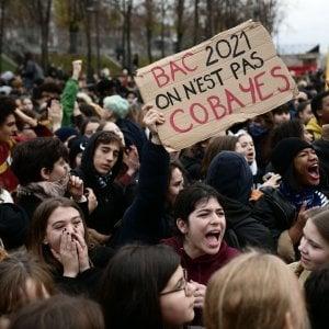 Francia, gli studenti tornano in piazza. Polemiche per le immagini di ragazzi costretti in ginocchio dalla polizia