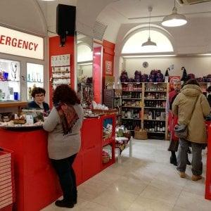 """Emergency, """"il pensiero che conta"""": regali solidali e visori a 360° negli Spazi-Natale"""
