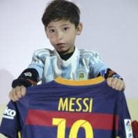 """Fugge a Kabul il piccolo fan di Messi. La madre: """"I Taliban lo volevano uccidere"""""""