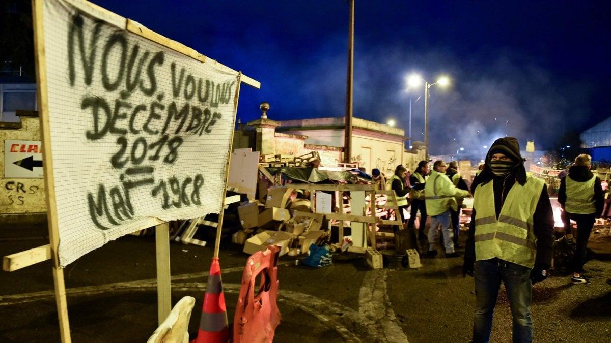 """En Francia, los gilets amarillos le dan """"el asalto final"""" a Macron: 121 se detuvieron ante las marchas, temores de violencia en las calles."""