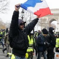 "Francia, il sabato violento dei gilet gialli. Il governo: ""Ora dialogo"""