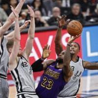 Basket, Nba: Golden State avvicina Denver, LeBron cade a San Antonio