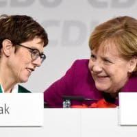 """Germania, la """"nuova Angela"""" apre ai rivali nella Cdu"""