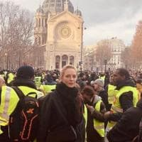 Gilet gialli, anche Uma Thurman tra i manifestanti di Parigi. L'attrice americana ha...
