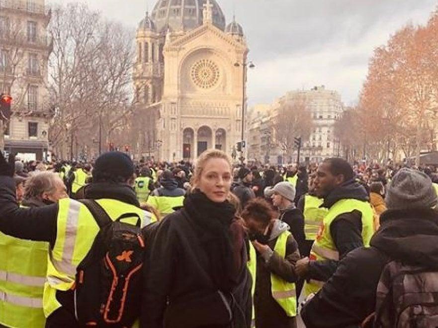 Gilet gialli, anche Uma Thurman tra i manifestanti di Parigi. L'attrice americana ha postato una sua foto su Instagram