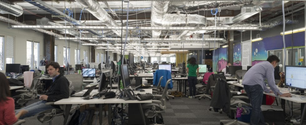 I dipendenti di Facebook usano un secondo telefono per parla