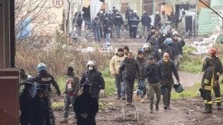 Sgomberata  l'ex fabbrica della Penicillina: all'interno 40 persone. C'è anche Salvini: residenti lo contestano