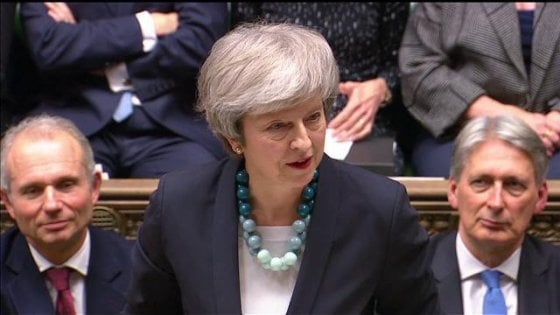 Brexit, May rinvia il voto in Parlamento. Pronta a tornare a Bruxelles