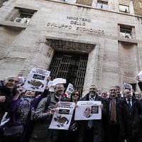 """Manovra, protesta dei giornalisti davanti al Mise. Crimi: """"Mi dispiace se chiude Radio..."""