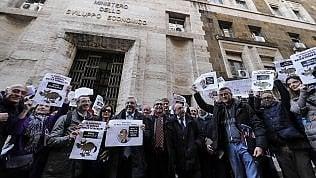 Manovra, protesta dei giornalisti davanti al Mise. Crimi:
