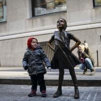 """New York, la statua della """"fearless girl"""" spostata davanti alla Borsa"""