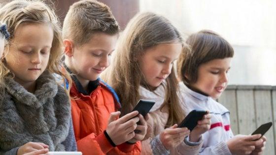 Schermi e smartphone, più di 7 ore al giorno cambiano il cervello dei bambini