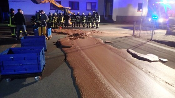 Guasto nella fabbrica, fiume di cioccolata inonda la strada
