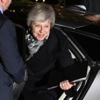 Theresa May supera la mozione di sfiducia, potrà continuare la trattativa su Brexit