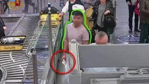 Ecco come ruba migliaia di euro durante i controlli in aeroporto