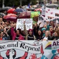 """Irlanda, il diritto d'aborto è legge. """"Sollevato il fardello di vergogna"""""""