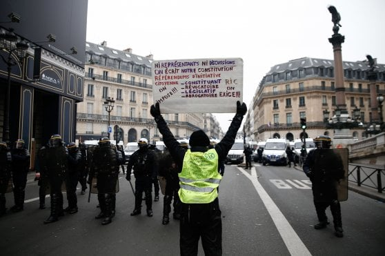 """Parigi, Scalzone in piazza con i gilet gialli: """"Battisti? Un vecchio fuggiasco"""""""