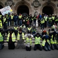 "Francia: ""studenti"" in ginocchio e Marianne, i gilet gialli tornano in piazza"