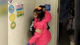 Abbracci e baci tra i piccoli:così si danno appuntamento