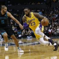 Basket, Nba: Gallinari e Belinelli super ma sconfitti. LeBron e Lonzo Ball nella storia