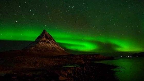 L'aurora boreale nei cieli dell'Islanda lascia senza fiato i turisti