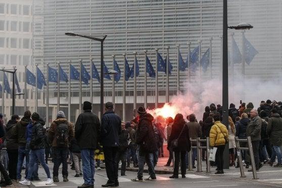 Bruxelles, l'estrema destra in piazza contro i migranti: scontri con la polizia