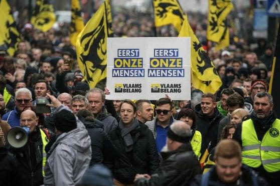 Bruxelles, scontri tra manifestanti pro e contro migranti