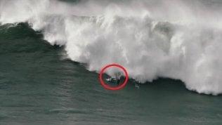 Surfista inghiottito da onde giganti: il salvataggio è estremo