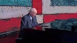 Piero Angela, emozione al piano:suona in tv il brano di Casablanca