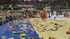 Trieste, cestista fa canestro: in campo piovono peluche
