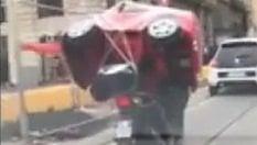 Il codice della strada è un gioco: la maxi automobilina viaggia sullo scooter