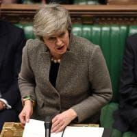 May ha deciso: l'accordo sulla Brexit si vota a gennaio. E Corbyn lancia il voto di...
