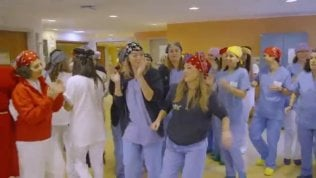 La sorpresa ai bimbi malati: il flash mob di infermieri e medici