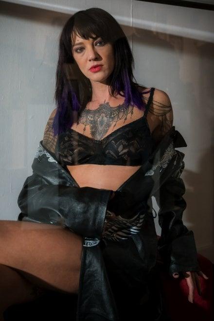 """Tra pizzi e ricami disegnati sulla pelle: il tatuaggio diventa """"Haute Couture"""""""